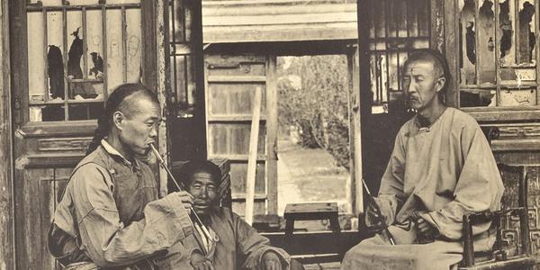 1902年老照片:贵妇与仆人展示服饰,京师大学堂小班授课