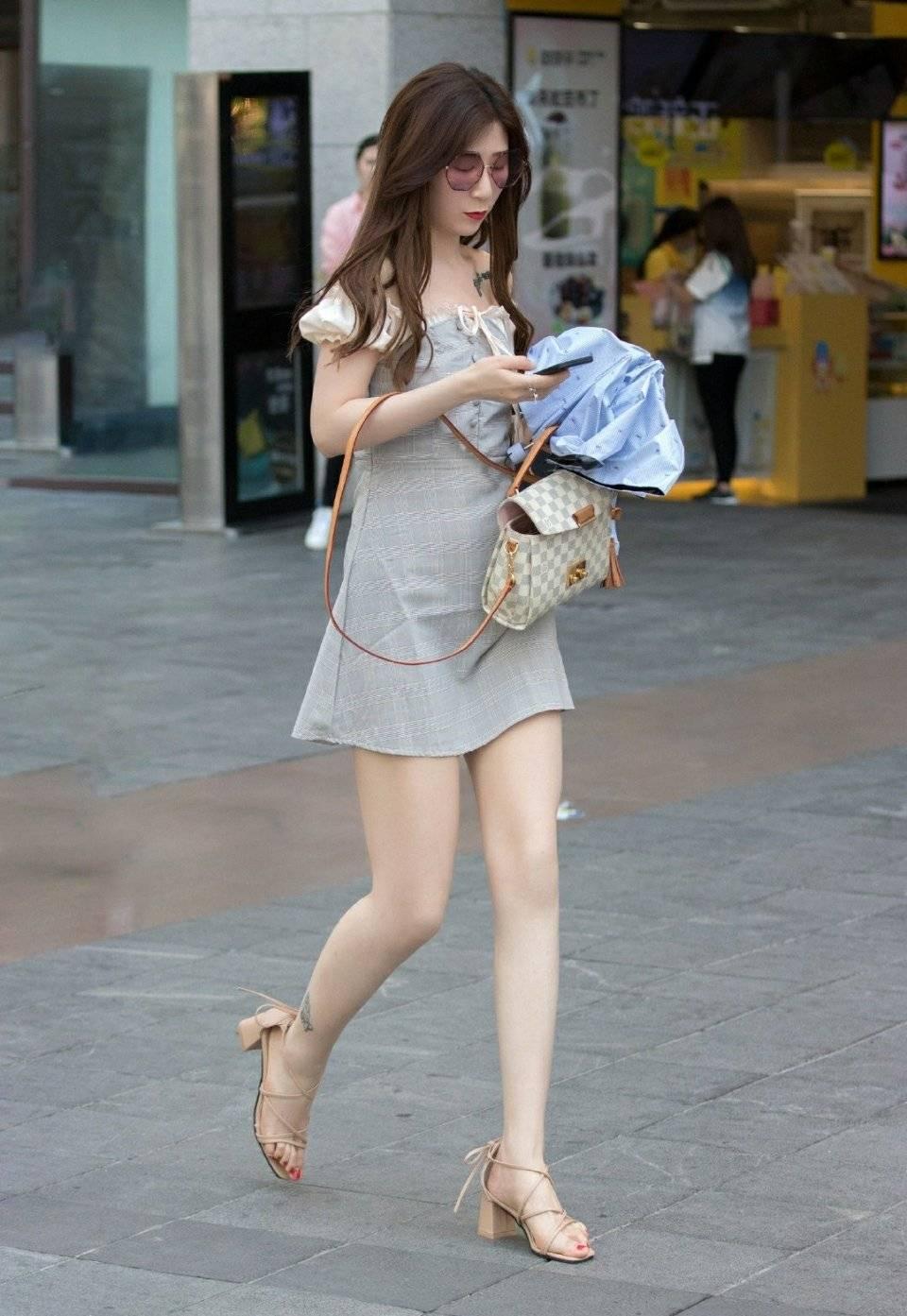 街拍墨镜短裙美腿阿姐,这气质拿捏的非常到位