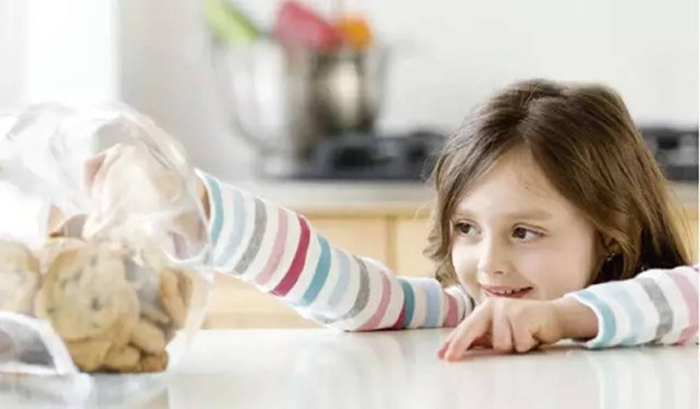 """从小被禁""""吃零食""""的孩子,大多躲不掉3种结局,忌""""一刀切"""""""
