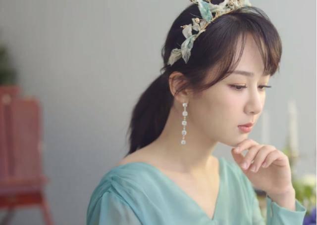 杨紫最新时尚大片来袭,公主造型很灵动,白裙更加显高级
