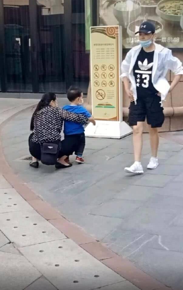 原创 快60岁的宋丹丹,出门带孙穿短裤露膝盖,名副其实的潮奶奶啊!
