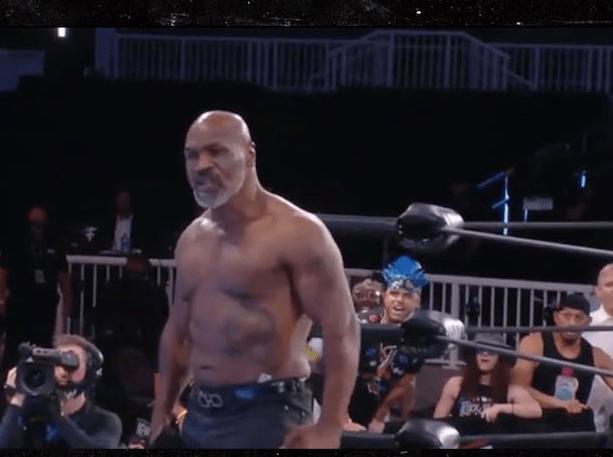 泰森重返擂台用眼神逼退拳手!怒撕衬衫大秀肌肉 气氛一下点燃