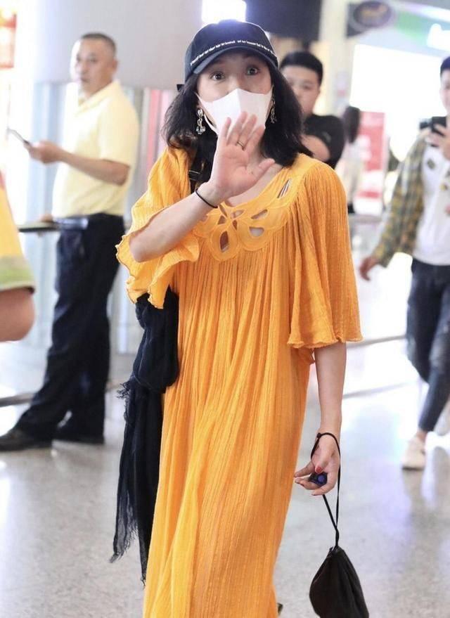 周迅穿黄色连衣裙够耀眼了,还搭配个黑丝巾,随性却没一点时尚!