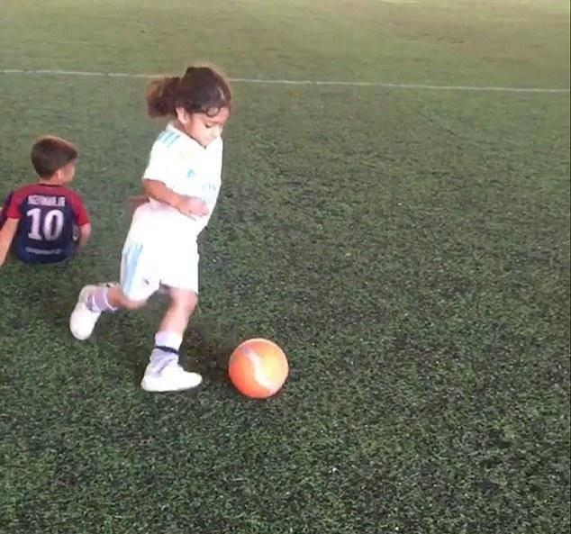 原创 伊朗6岁男孩晒出六块腹肌,走红网络,爸爸称他从1岁就开始练习