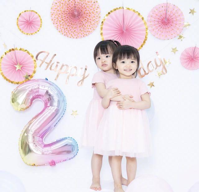 原创 熊黛林晒双胞胎女儿喝牛奶,姐妹俩穿粉色连衣裙,悄悄点赞超可爱