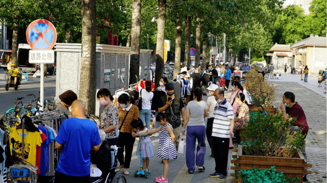 在北京摆地摊的人:从商场搬到路边,一斤枣比店里便宜近一半