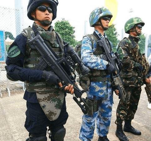 身中12枪却没死,士兵激动感谢中国,老外质疑中国防弹衣有钢板