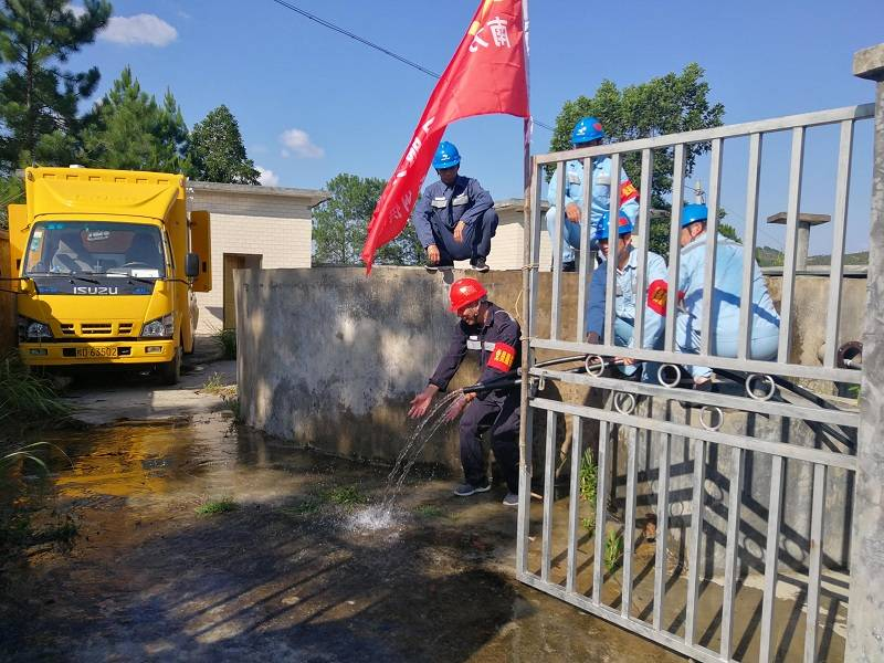 连续降雨致德宝村断水4天南方电网广西梧州供电局上门服务解难题
