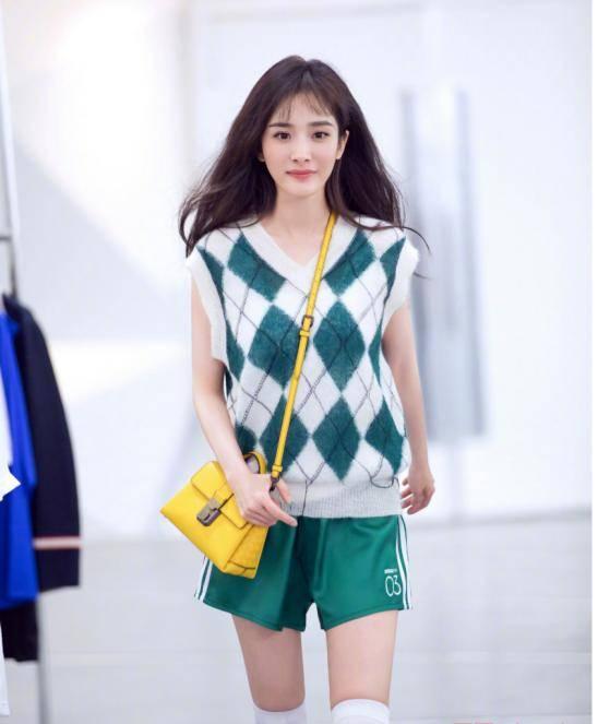 杨幂34岁依旧少女感十足,绿白格纹马甲搭配运动短裤,时尚又清新