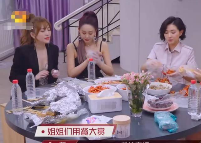 万茜给金莎喂虾 金沙一下子成为了团宠!