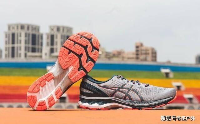 今天穿着刚买的ASICS亚瑟士GELKAYANO 27跑鞋实跑分享