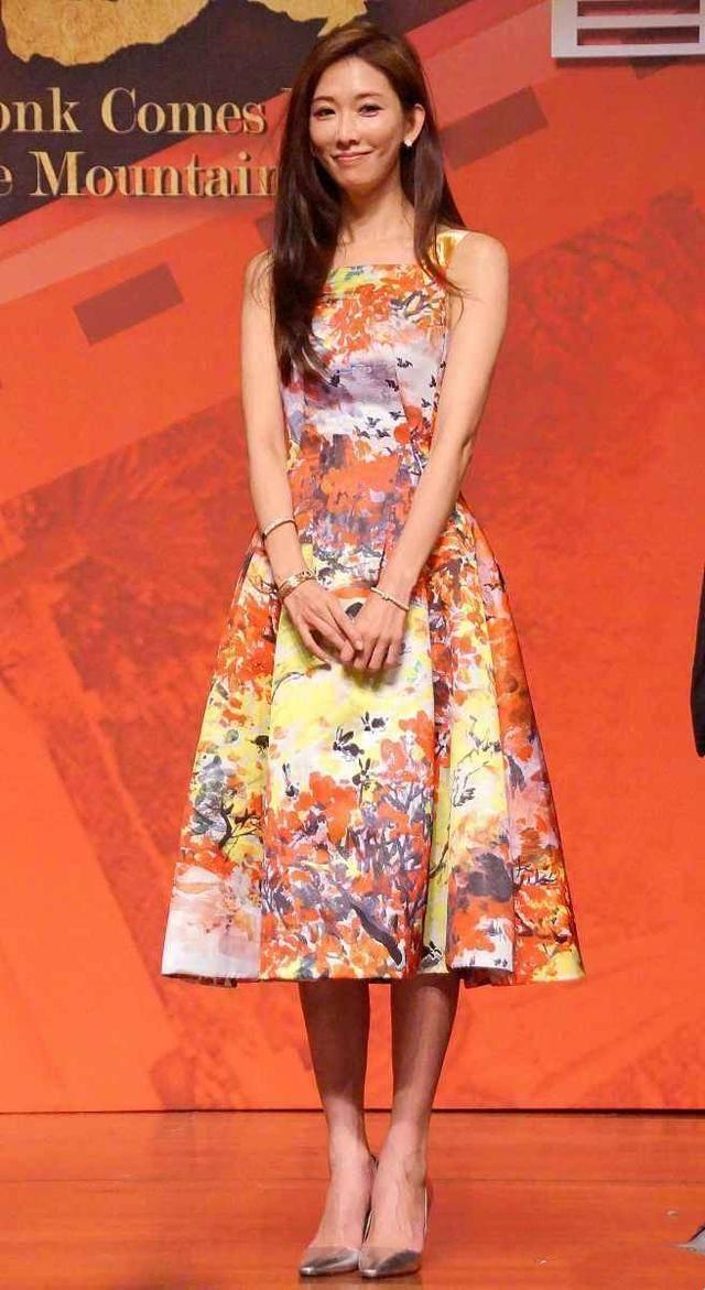 林志玲瘦了也是仙气飘飘,穿印花吊带连衣裙减龄时髦,少女感十足