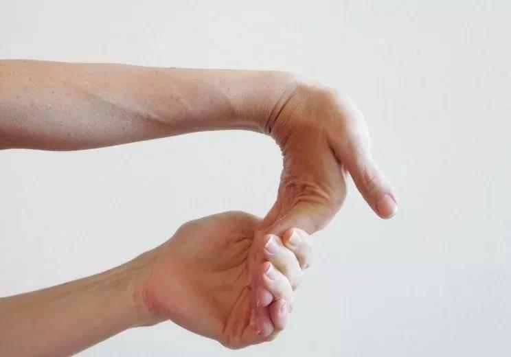瑜伽前热身要全面,十个拉伸手腕的动作,看完避免伤害_手掌 知识百科 第5张