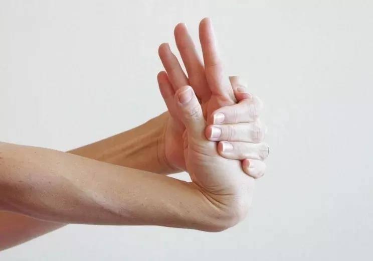 瑜伽前热身要全面,十个拉伸手腕的动作,看完避免伤害_手掌 知识百科 第2张