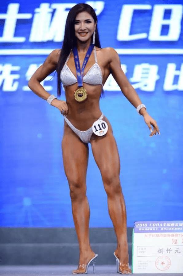 90cm的胸+96cm的臀!这国产妖精的芭比身材是真实存在的吗? 动作教学 第12张