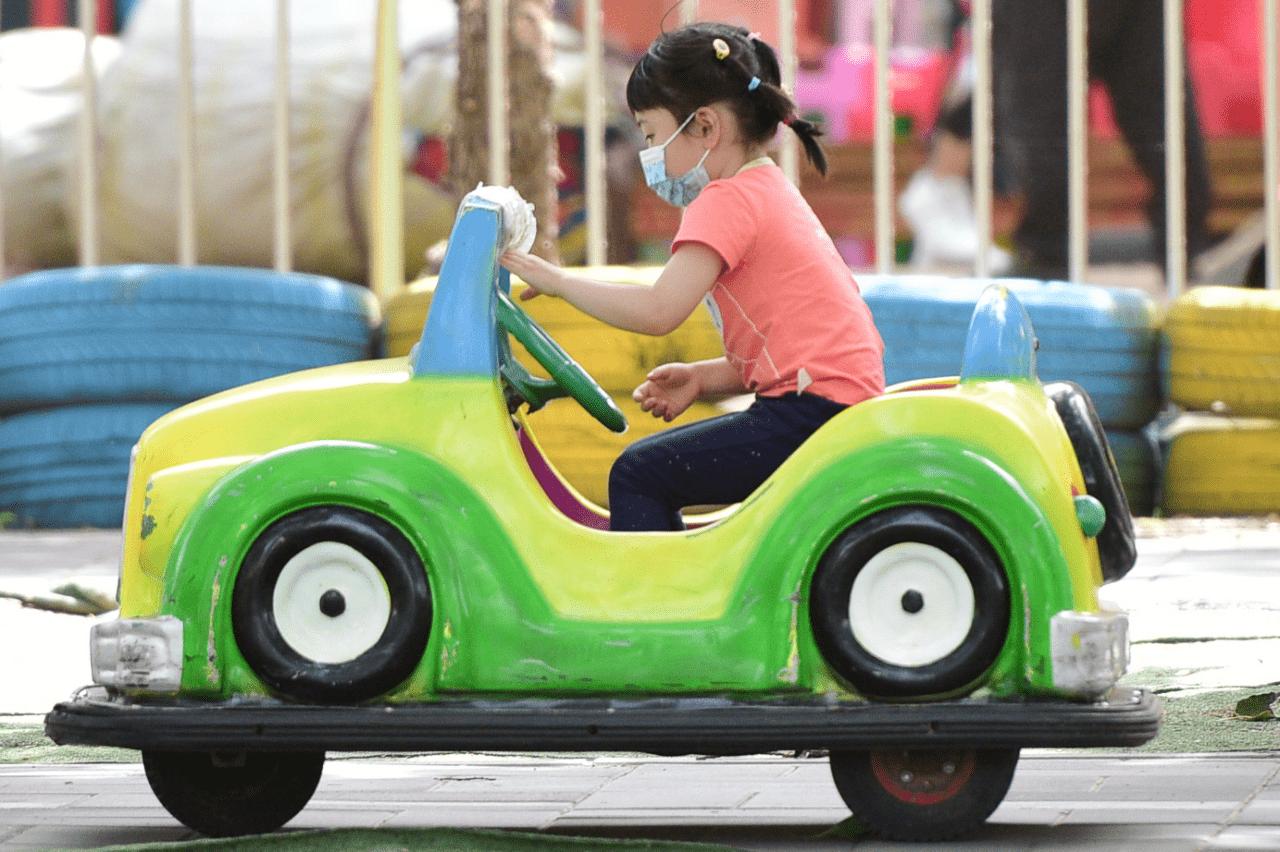 4岁儿童被锁车内不幸离世,专家:密闭车内几分钟可升至45度,非常危险!
