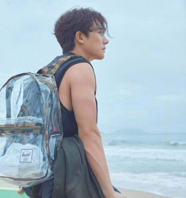 黄轩海边拍大片,在沙滩上做俯卧撑,秀三角肌荷尔蒙爆棚 动作教学 第8张