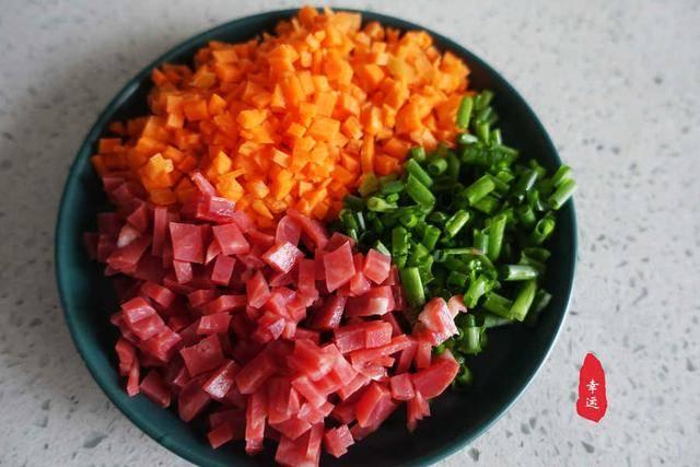 蓬松暄软的大花卷,有蔬菜有香肠,这样的花卷当早餐白嘴都好吃 增肌食谱 第6张