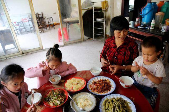 5岁女娃不长个,医生痛斥:家长无知害苦了娃,别再吃这些食物了