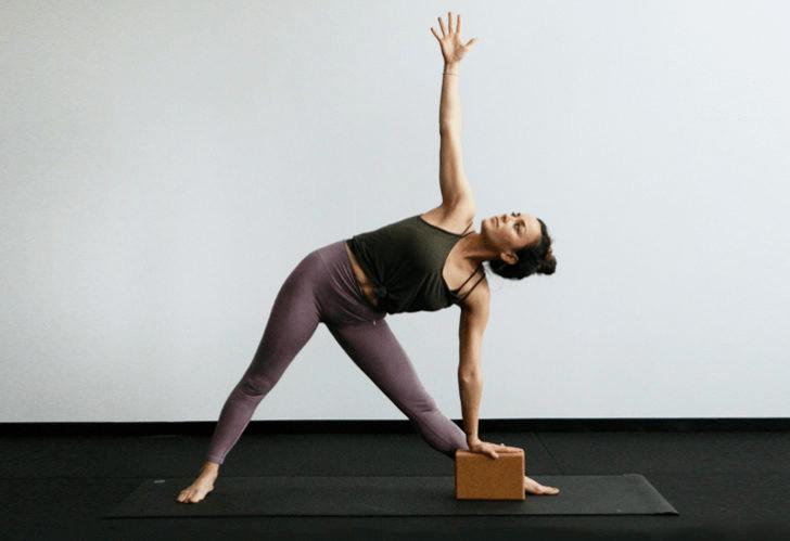9大瑜伽体式,搭配瑜伽砖辅助训练轻松解锁,瘦身效果加倍噢_身体 知识百科 第5张