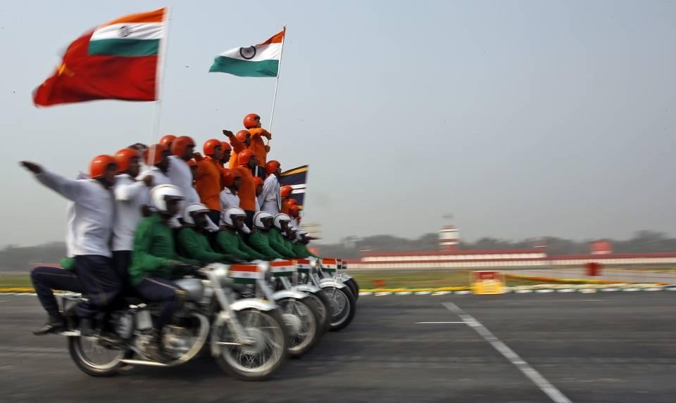 印摩托车军队抵达边境,玩杂技?还是高原作战利器