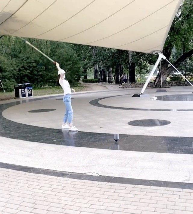 章泽天公园健身学老大爷用鞭子抽陀螺,路人吆喝叫好就像江湖卖艺