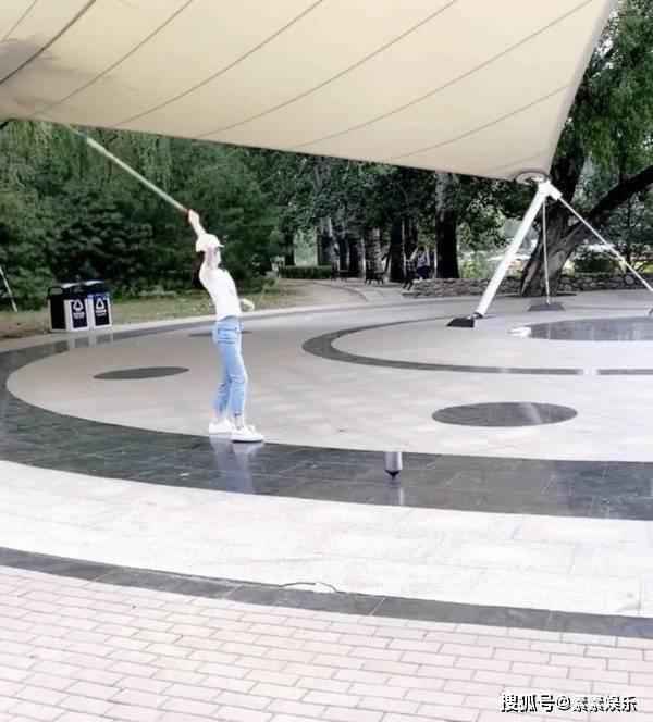 章泽天迷上了健身?在公园里抽陀螺,有体操底子就是不一样 动作教学 第3张
