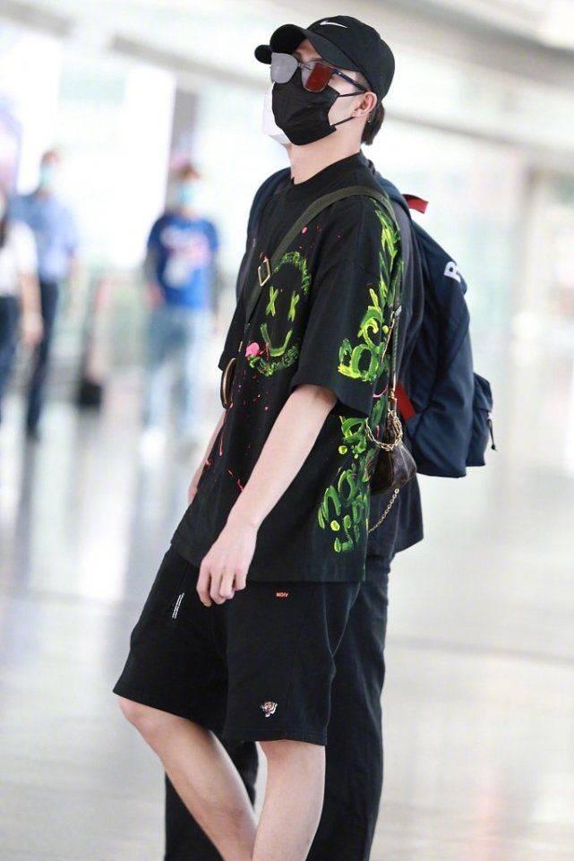 张铭恩包裹严实现身机场,被胡冰卿手撕后穿绿衣绿鞋引争议