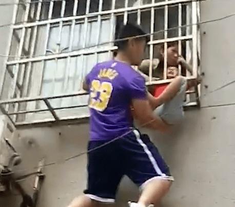 4岁男孩卡防盗窗被救 救人英雄崇拜詹皇