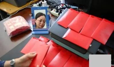 高考前的最后一堂课,老师送出了57个红包,全班同学泪眼朦胧