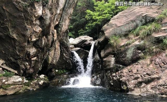 庐山竟然藏着一个瀑布,需要登2600个台阶才能上去,景色还出奇的好