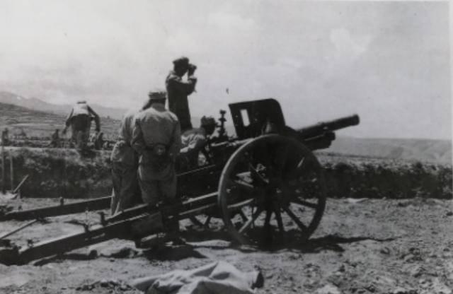 我军炮兵连遭马家军突袭,4门山炮齐射,打得上千骑兵掉头逃跑