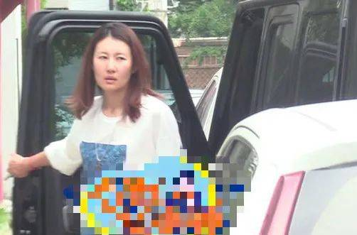 王宝强二婚在即?现任女友开其豪车现身,婚讯被马蓉闺蜜证实?