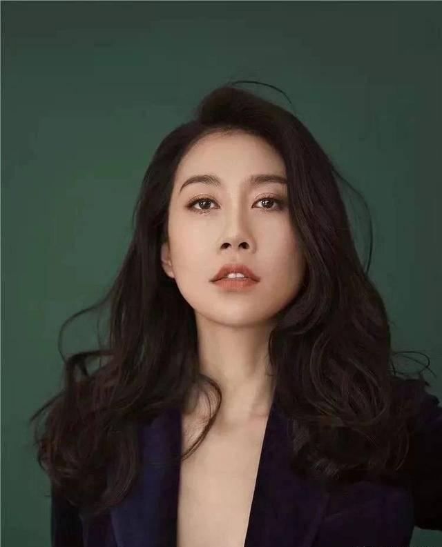 她是黄磊最差学生,出道18年无绯闻,如今42岁气质优雅仍然单身!