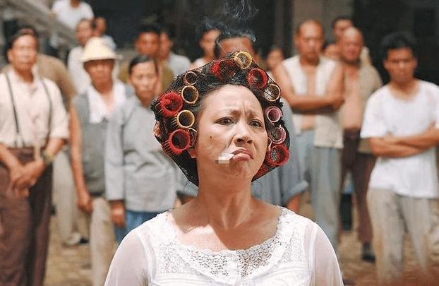 """她因一根烟爆红,骂洪金宝叫成龙""""大鼻"""",连周星驰都求她出山"""