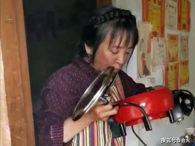 57岁老戏骨用锅吃面汤都不剩,险遇泥石流吓到发抖!网友:太心酸