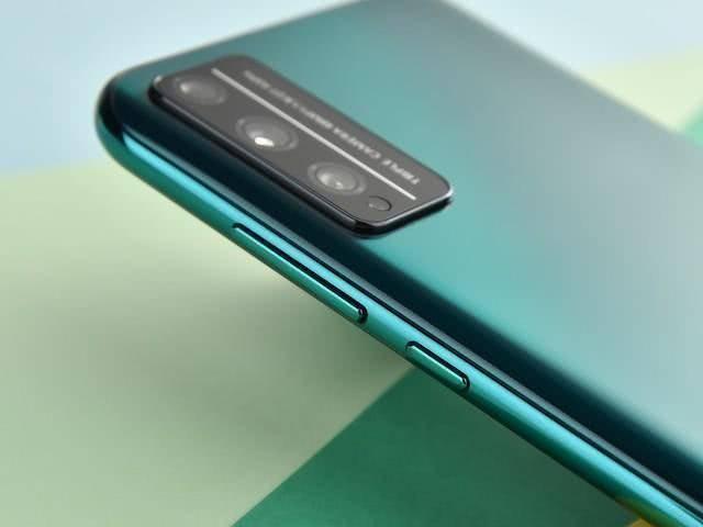 原创             发布三个月跌至1349元,128GB+4800万,网友:购买4G手机需要谨慎