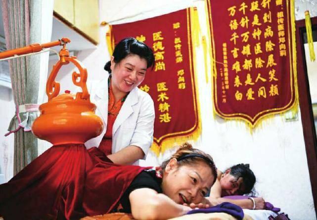 在重庆:久病成医的理疗师邓向莉在逆袭