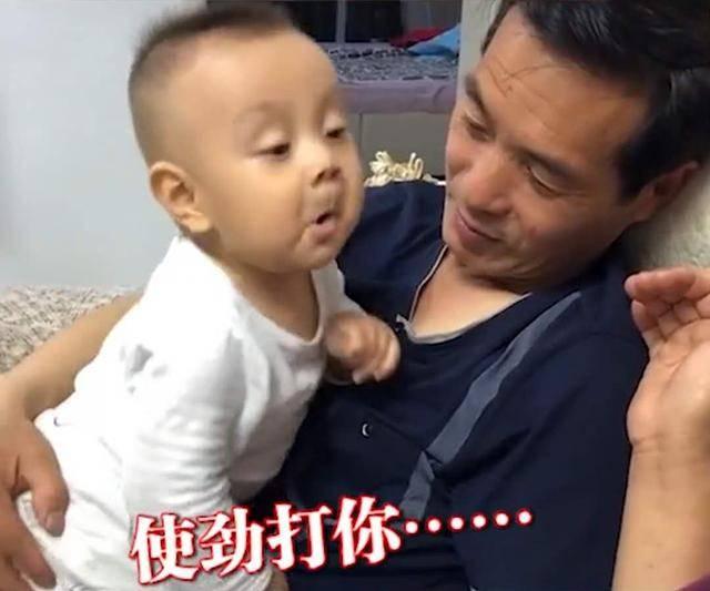 """8个月宝宝跟奶奶""""顶嘴"""",嚣张模样太可爱,网友:奶凶奶凶的"""