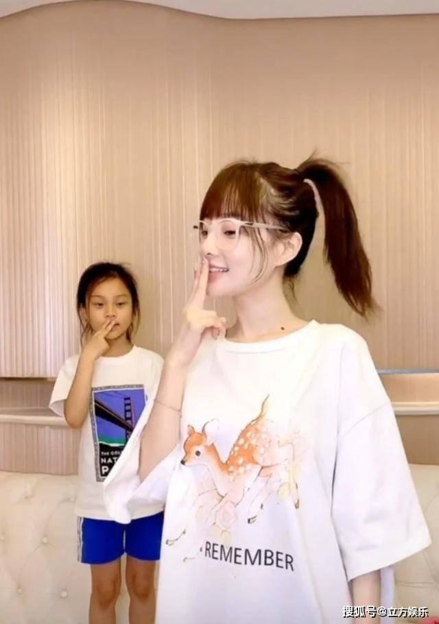 李小璐与女儿同框跳舞,甜馨肤色随爸爸,强大滤镜都救不回来!