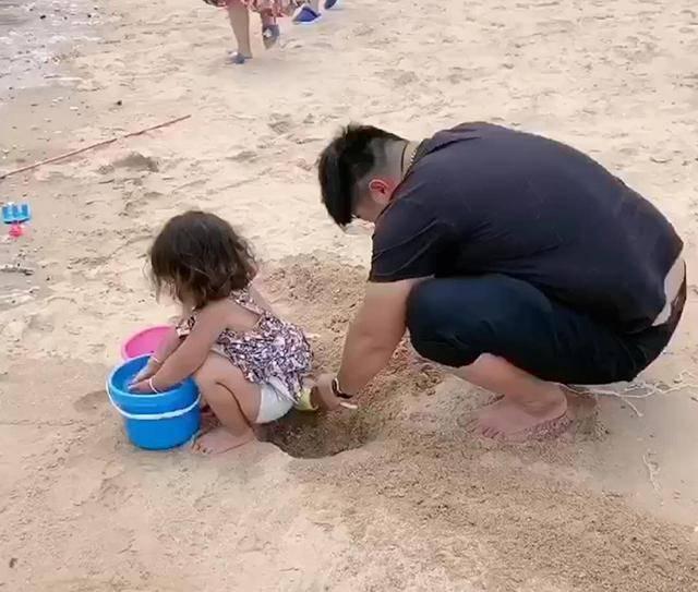 """""""佛系爸爸""""带女儿玩沙子,亲手给女儿挖坑,网友:是亲爹吗?"""