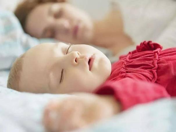一个月婴儿睡觉时间_初生婴儿第一个月,你是如何照顾的,怎样有好的睡眠?_宝宝