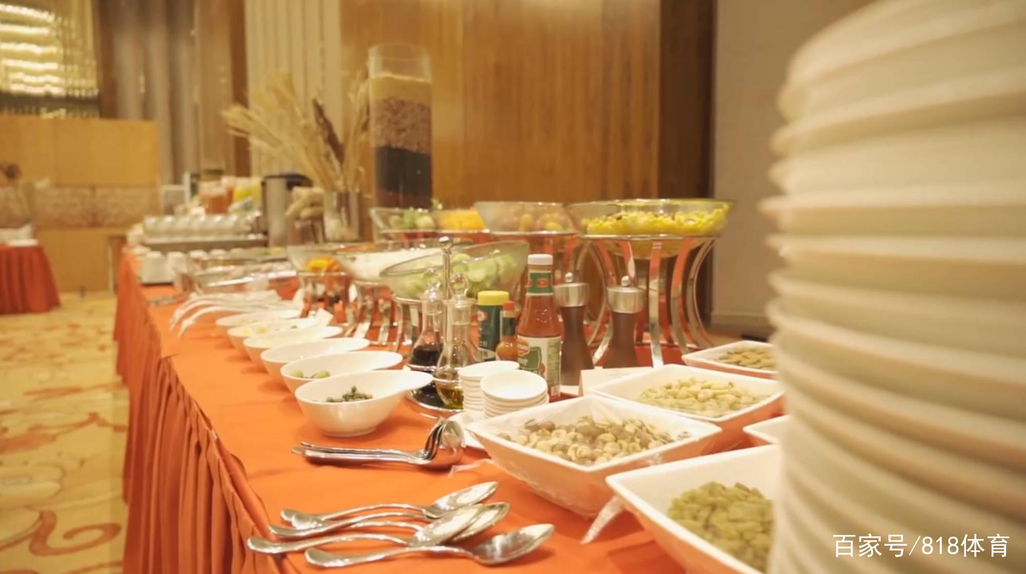 中超复赛酒店伙食曝光!牛扒大虾辣子鸡12道硬菜,外援酷爱蔬菜沙拉
