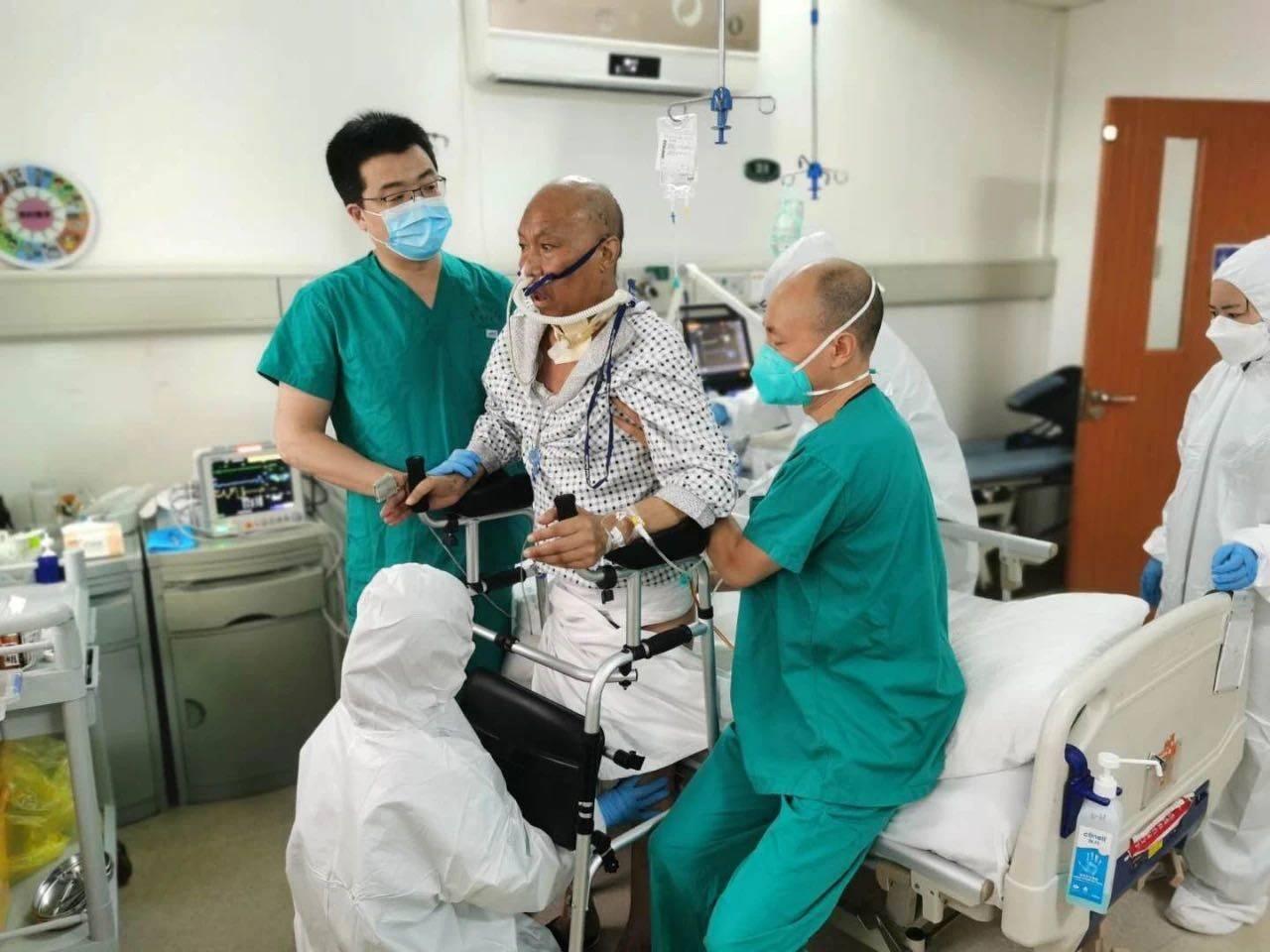 """全球首例新冠肺移植出院患者女儿:""""想回家""""是爸爸说过最多的话"""