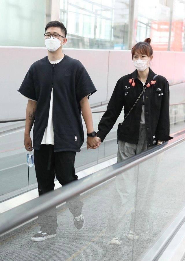 李艾真选对老公了,都穿黑色衣服牵手走机场,秀恩爱也不忘要时髦