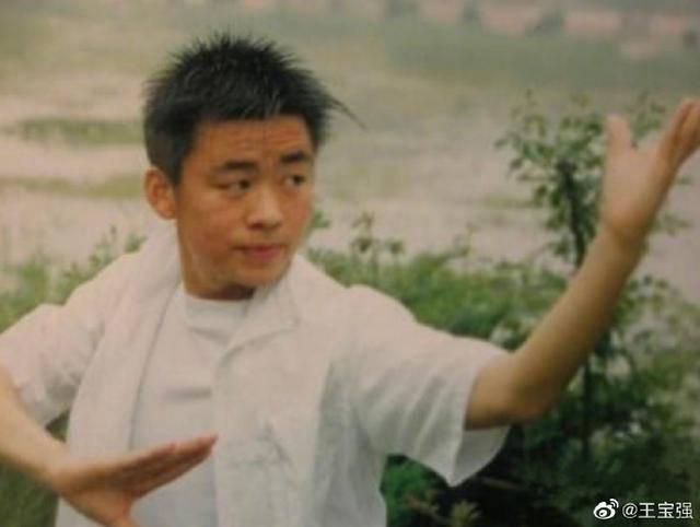 王宝强低调现身少林寺,身材消瘦难掩沧桑