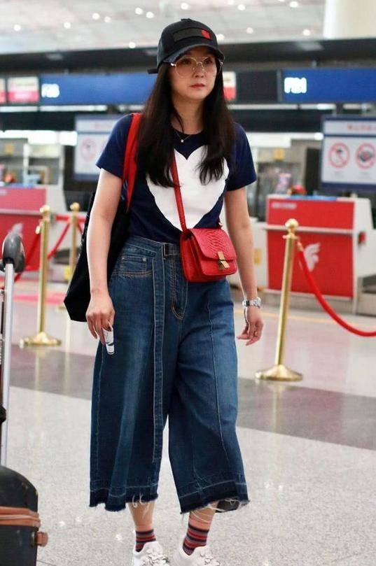 阔太王艳也老了!穿宽松T+阔腿裤藏肉,却被双下巴暴露了年纪