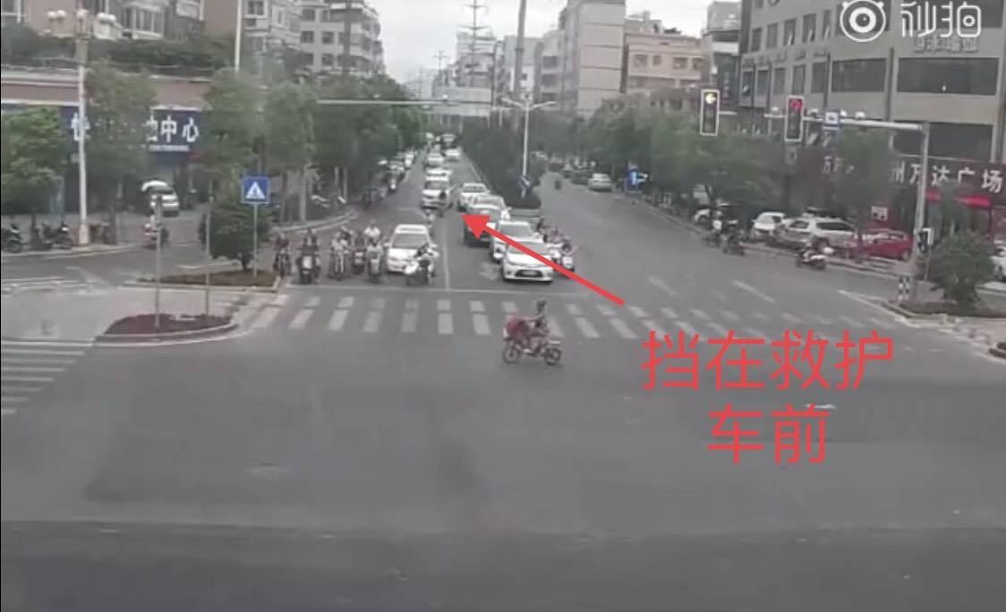 潮州一男子骑摩托故意阻挡救护车,被罚款1900扣13分,大快人心