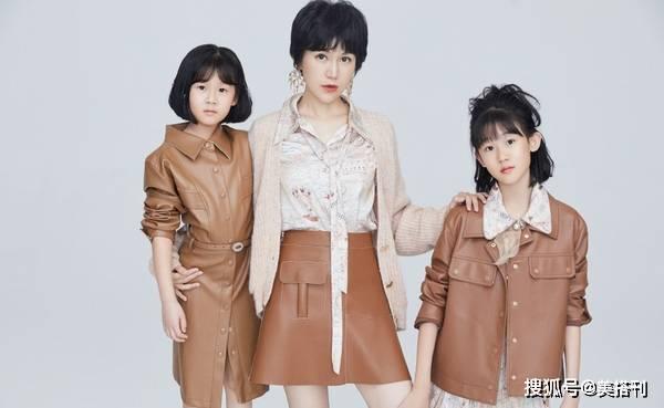 原创鲍蕾携俩女儿拍亲子照,贝儿眉眼张开更像爸爸陆毅,腿比妈妈还细