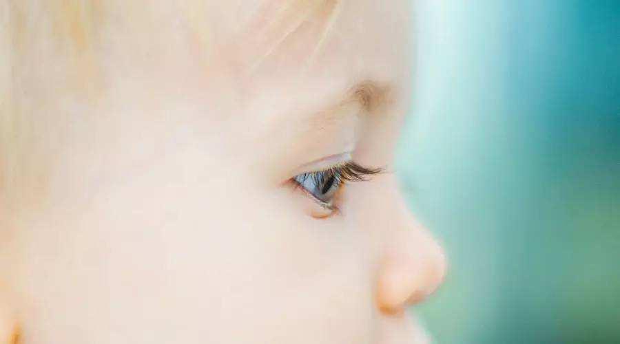 不对劲!通过一张幼儿园入园照,摄影师发现3岁女童有异常!